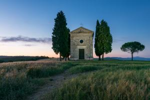 photo spots in Tuscany - Cappella Madonna di Vitaleta (Chapel )