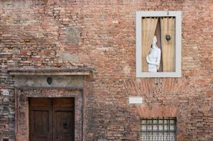 Tuscany photography spots - The Shy Lady on the Wall