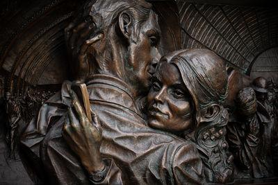 pictures of London - St Pancras International - Lovers Statue