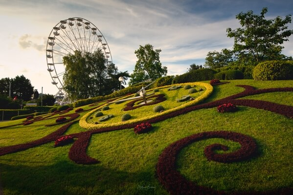 A cloudy late afternoon shot of the floral clock and ferris wheel.