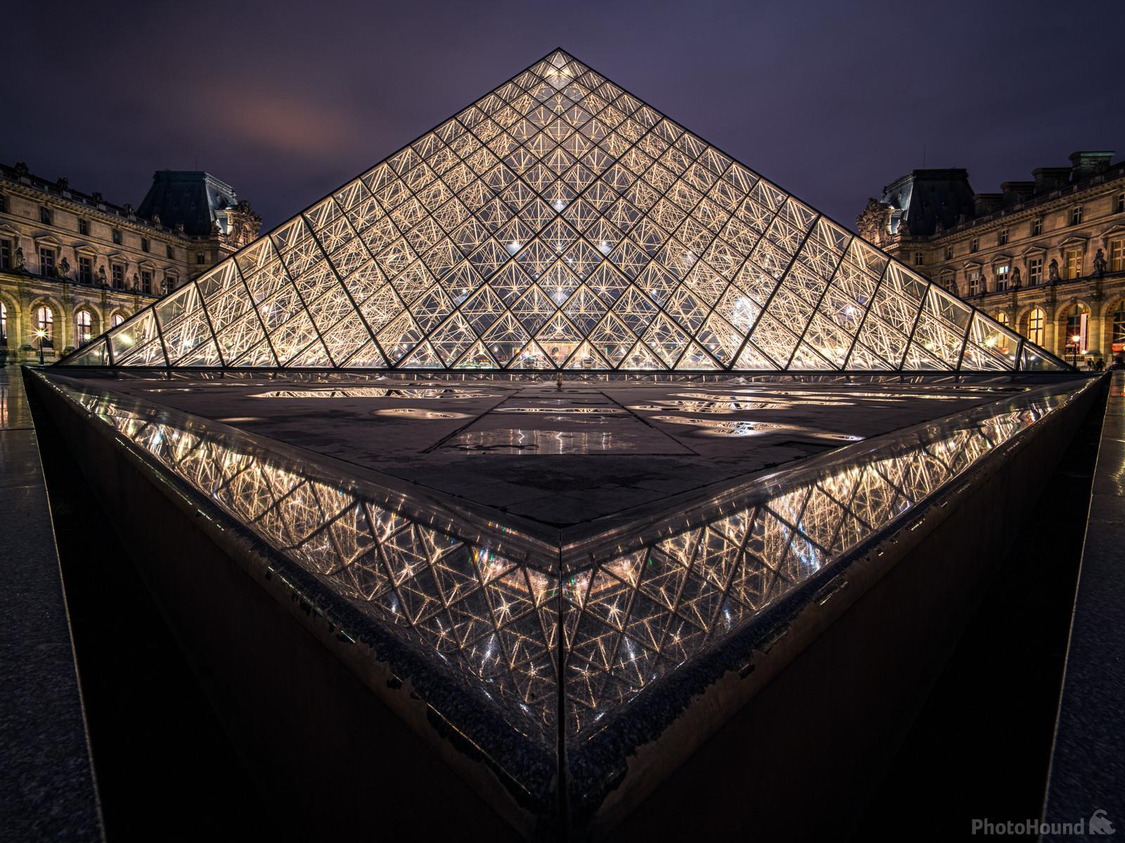 Pyramide at night, viewed from the eastern side.