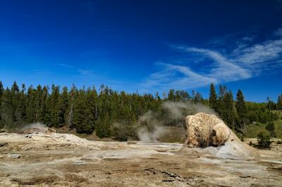 pictures of Yellowstone National Park - UGB - Giant Group of Geysers