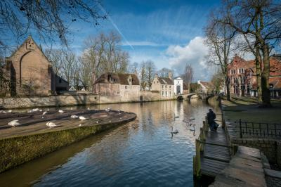 photography spots in Bruges - Lake of Love & Minnewater