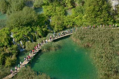 photos of Plitvice Lakes NP - Rocky Cliff