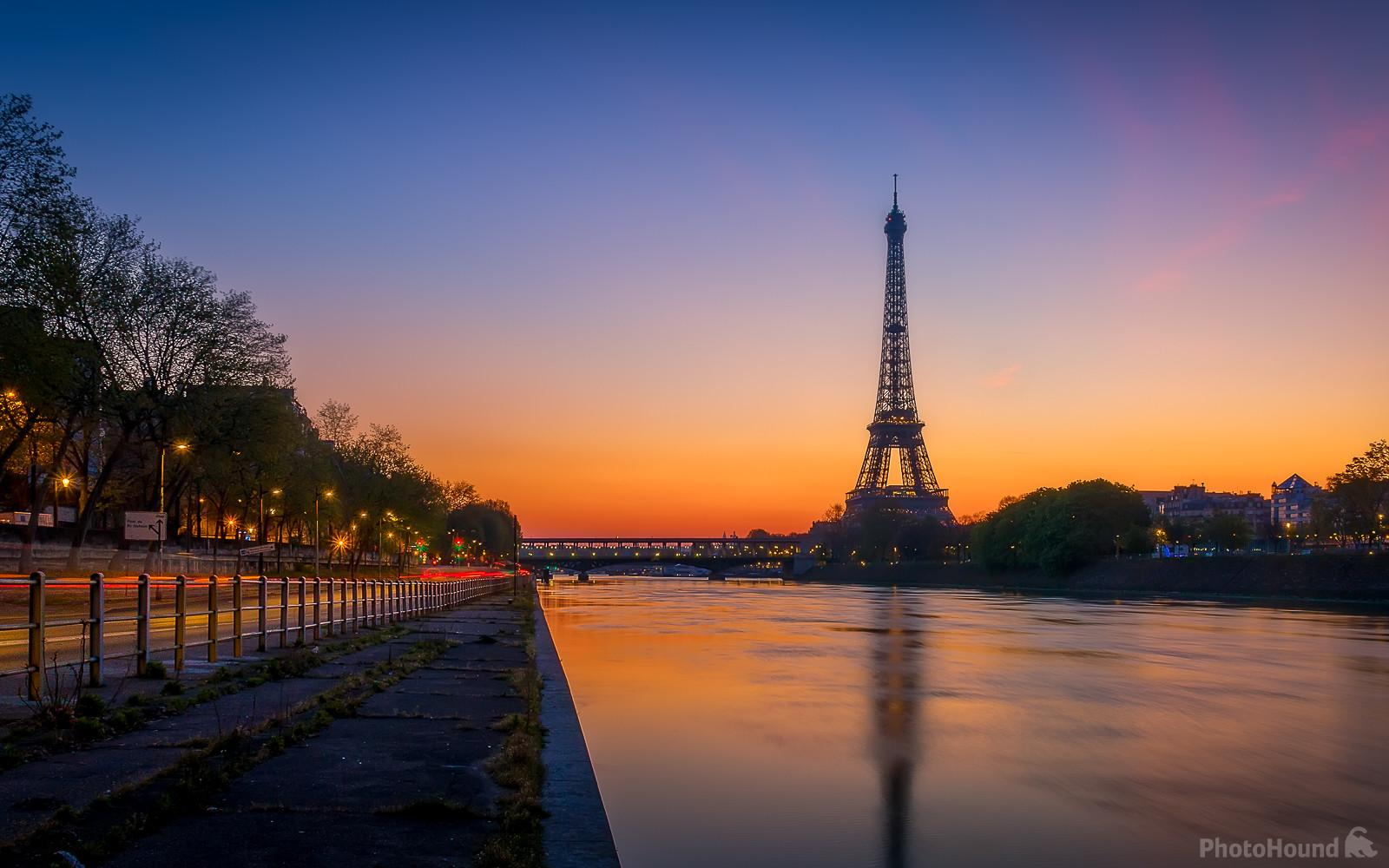 Sunrise over the Bir Hakeim bridge and the Eiffel tower seen from the banks of the Seine, along the Voie Georges Pompidou.